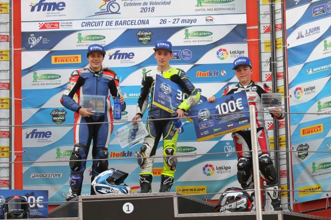 Unai Orradre y el Team Stratos vencen la primera carrera de la Yamaha R3 bLU cRU Challenge